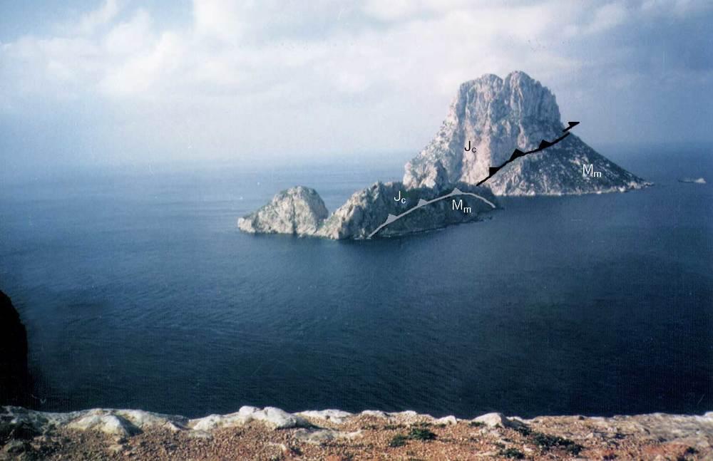 Geologia. Margues miocenes (Mm) i calcàries massives del juràssic-cretaci (Jc) as Vedrà i as Vedranell. La unitat Jc cavalca sobre la Mm. Foto: Alberto Tostón Calle.