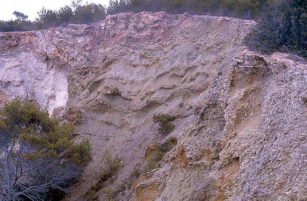 Geologia. La sèrie del keuper (Tk): argiles bigarrades i, en primer terme, camioles. Foto: Xavier Guasch Ribas.