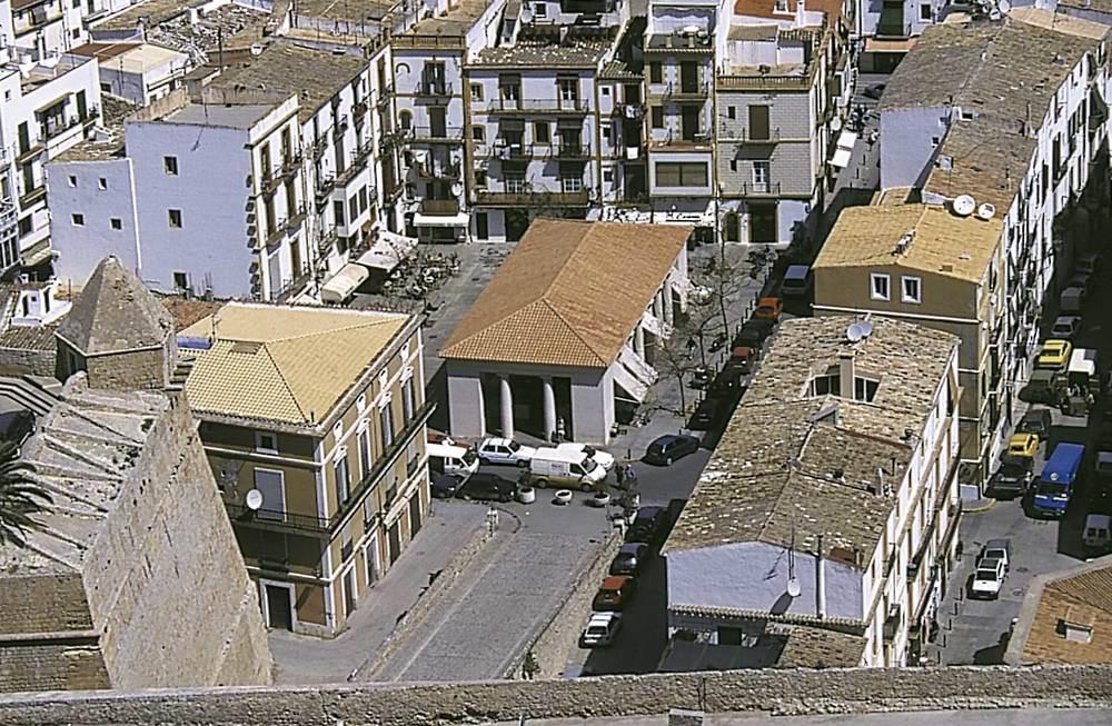 Ciutat d´Eivissa. Història i evolució urbana. El Mercat Vell des de la murada Llarga. Foto: Vicent Marí.