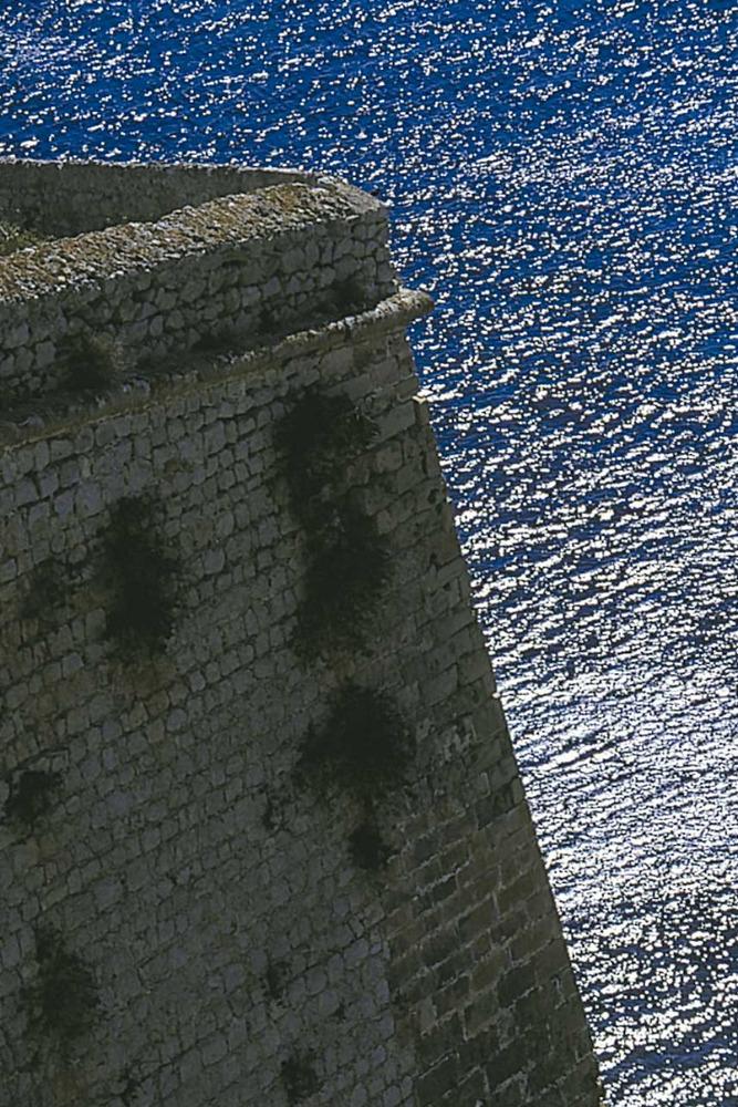 """Ciutat d´Eivissa. Història i evolució urbana. Detall del Revellí, part de la murada que asmplià """"el Fratín"""". Foto: Vicent Marí."""