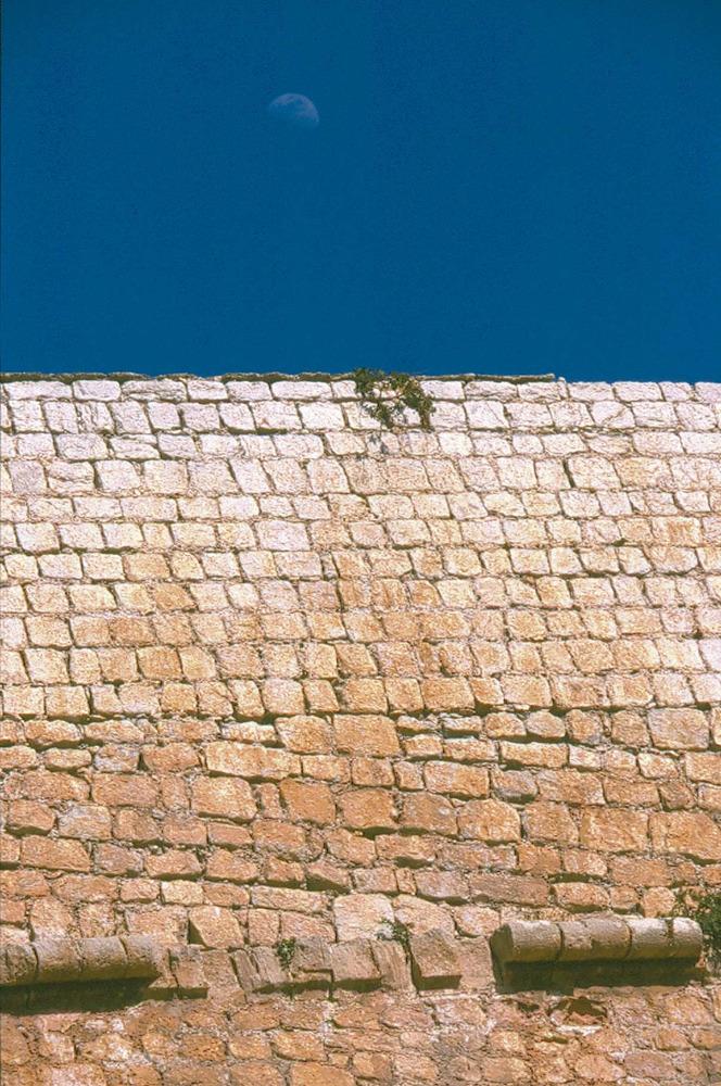 Corona d´Aragó. Detall de la part superior d´un fragment de les murades de la ciutat d´Eivissa. Foto: Vicent Marí.