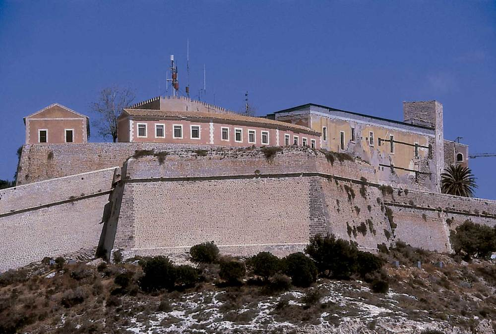 Corona d´Aragó. Vista general del Castell d´Eivissa, suma d´un conjunt divers de construccions aixecades al llarg de molts de segles. Foto: Vicent Marí.