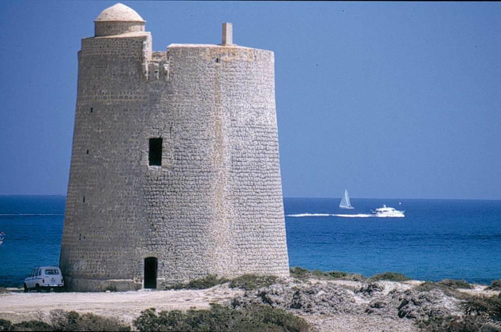 Corona d´Aragó. Un exemple de l´arquitectura defensiva del s. XVI: torre de ses Portes (ses Salines d´Eivissa). Foto: Juan Costa-Hoevel Schwab.