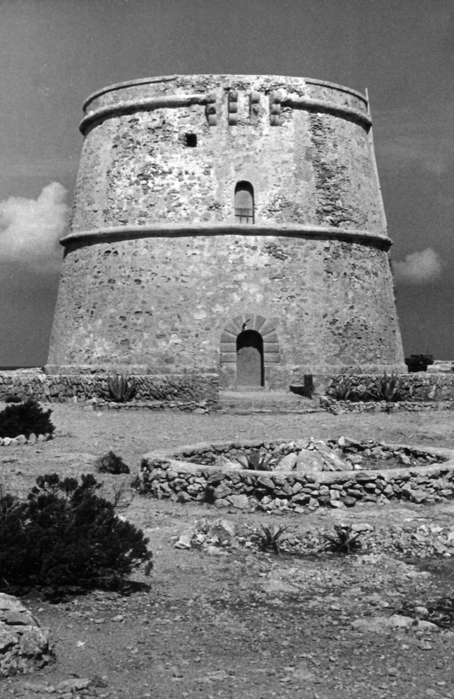 Corona d´Aragó. Un altre exemple de l´arquitectura defensiva del s. XVI: la torre d´en Rovira (Sant Agustí des Vedrà). Foto: Josep Buil Mayral.