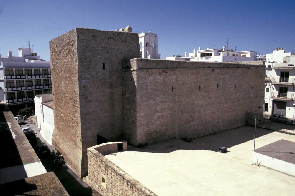 Corona d´Aragó. La torre adossada a l´església de Sant Antoni de Portmany, un altre exemple d´arquitectura defensiva del s. XVI. Foto: Joan Antoni Riera.