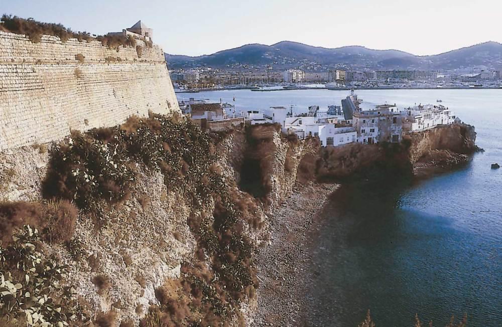Corona d´Aragó. El baluard de Santa Llúcia, ampliació del recinte medieval que va incloure el burg extramurs d´aquest nom. En segon terme, el barri de sa Penya i el port. Foto: Vicent Marí.