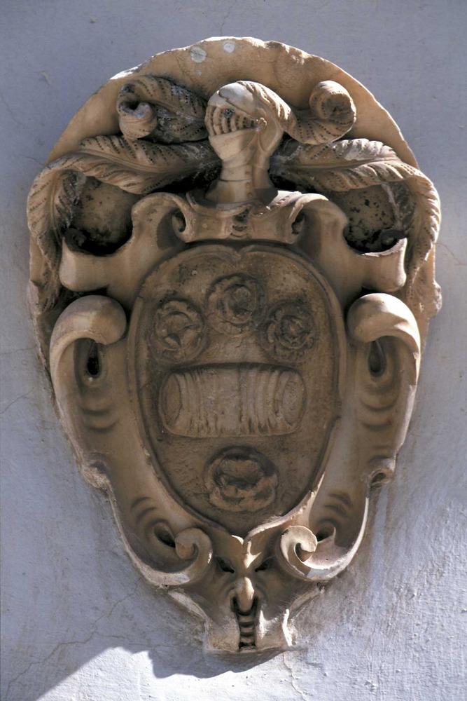 Corona d´Aragó. Escut de la família Botiino, comerciants d´origen francès que ja eren a Eivissa el s. XVII. Foto: Vicent Marí.