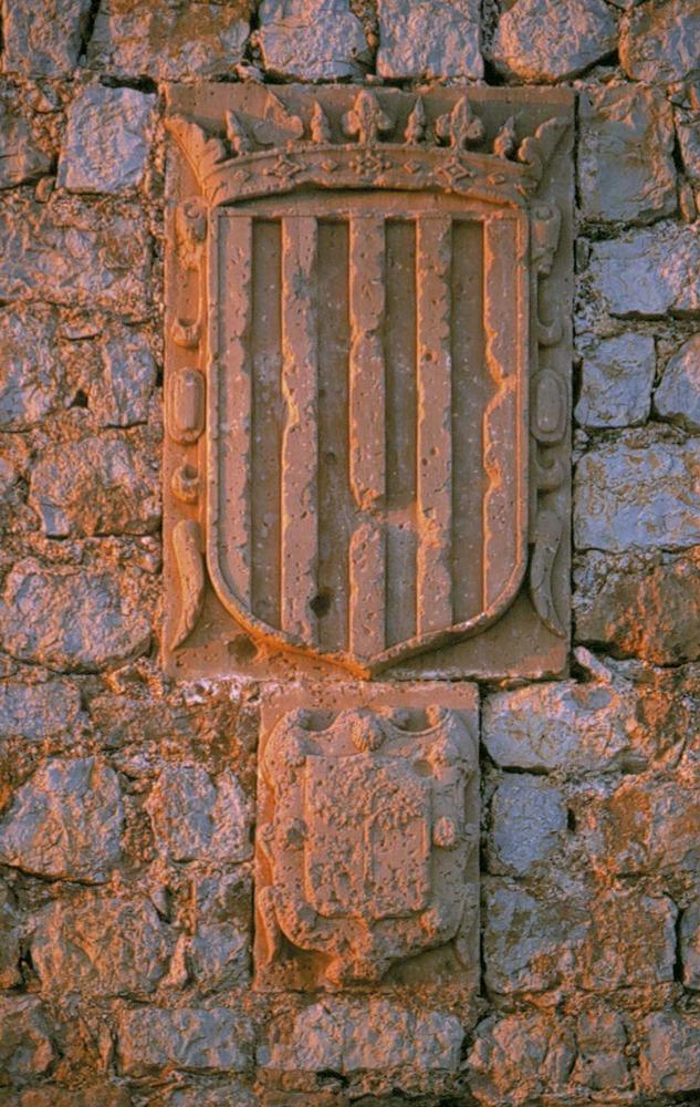 Escut de la Corona d´Aragó a les murades d´Eivissa. A la part inferior hi ha el dels Sanoguera. Ferran de Sanoguera era el governador en el moment de finalitzar les murades. Foto: Vicent Marí.