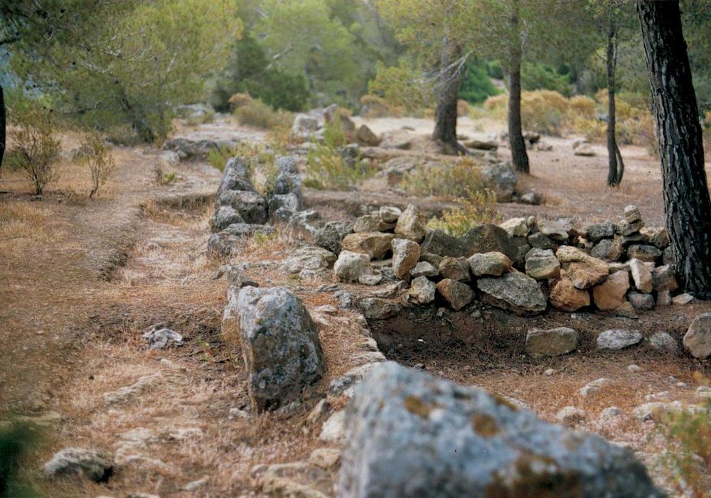 Època andalusina. El jaciment de la penya Esbarrada, al poble de Santa Agnès de Corona, situat vora un penya-segat, fet que el fa semblant al de sa Cala, Formentera. Foto: Rosa Gurrea Barricarte.