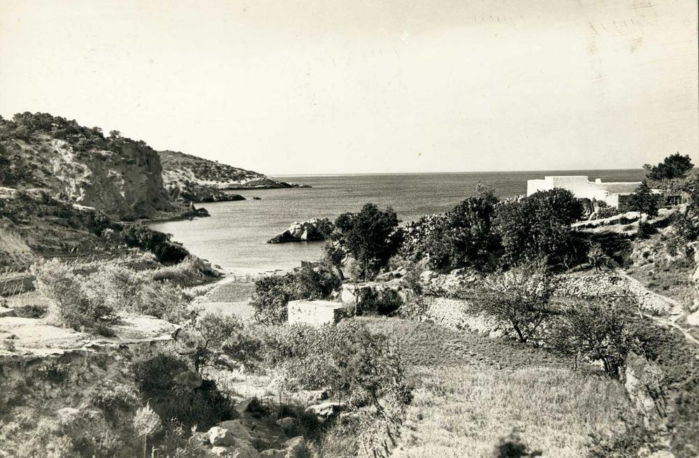 Època andalusina. Xarraca en una postal dels anys cinquanta on es poden veure els horts i el molí fariner d´aigua. Foto: Puig Ferran / Arxiu Històric Municipal d´Eivissa.