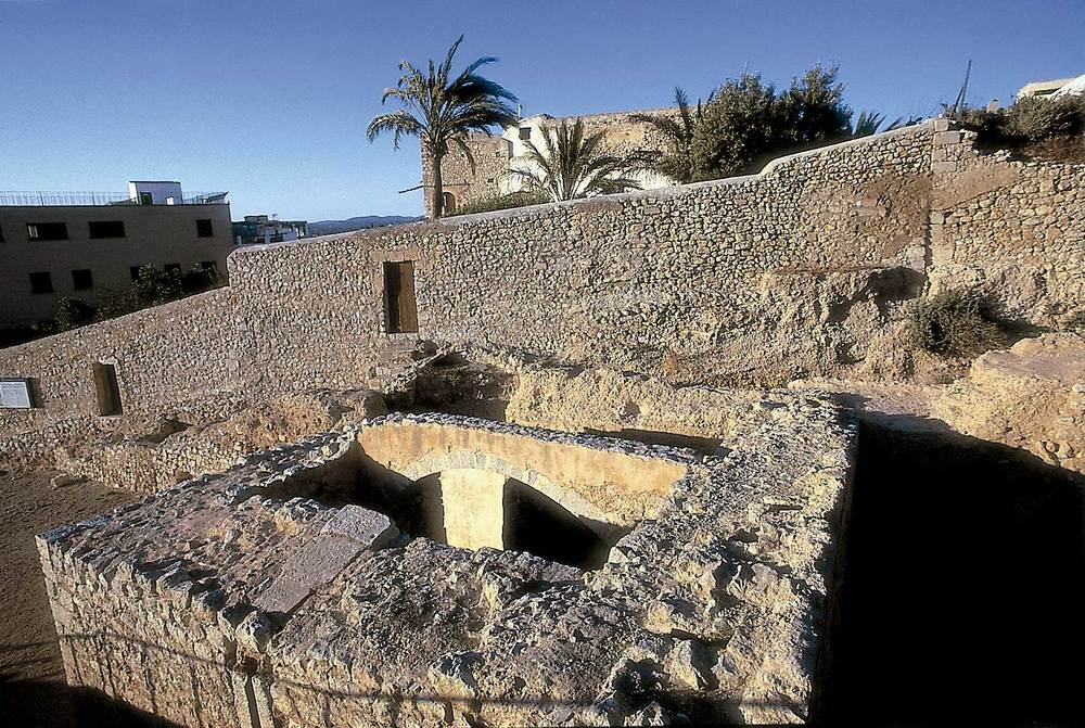 Època andalusina. Un aspecte de Dalt Vila: la configuració de la murada medieval que la cenyia es fixà en època andalusina i es mantengué, a grans trets, fins a la construcció de les murades renaixentistes del s. XVI. Foto: Vicent Marí.