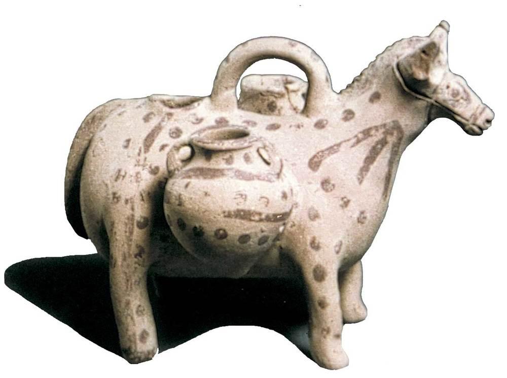 Època feniciopúnica. Vas punicoebusità representant un ase portant dues àmfores, del s. V-IV aC.