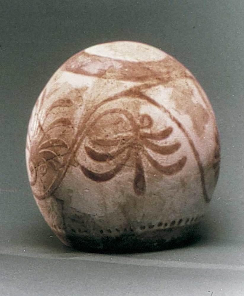 Època feniciopúnica. Esclova d´ou d´estruç amb decoració pintada de palmetes, que és un símbol de vida; s. V aC.
