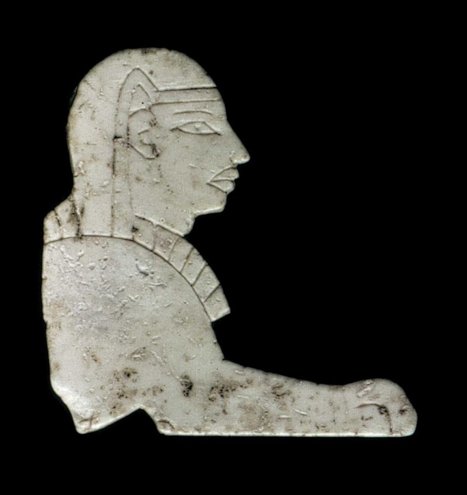 Època feniciopúnica. Plaqueta incompleta d´ivori representant una esfinx ajaguda d´estil egipcitzant; final s. VI aC.