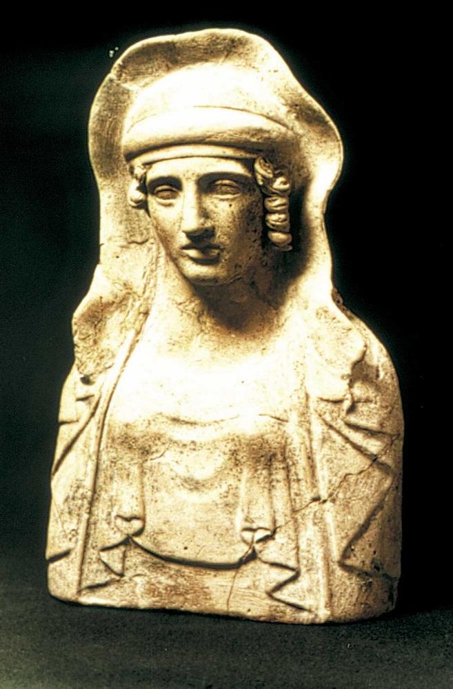 Època feniciopúnica. Bust grec, de possible origen rodi; representa una dona coberta amb vel i mantó. S. V aC. Foto: cortesia del Museu Arqueològic d´Eivissa i Formentera.