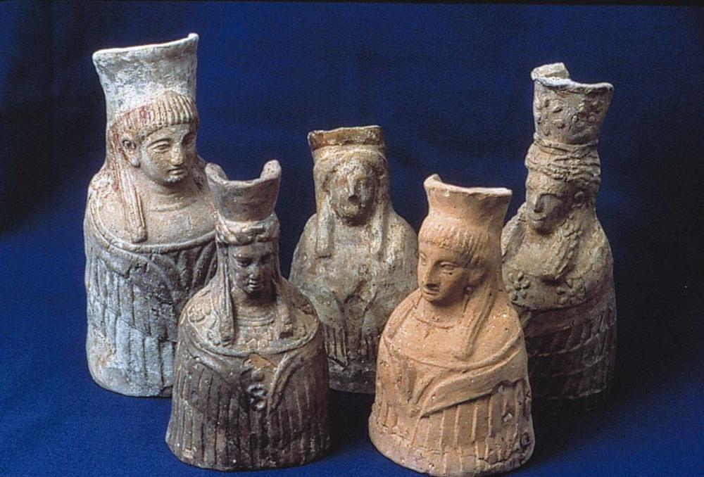 Època feniciopúnica. Conjunt d´exvots del santuari des Culleram que representen la deessa Tanit i que foren fets entre els s. IV-III aC. Foto: cortesia del Museu Arqueològic d´Eivissa i Formentera.