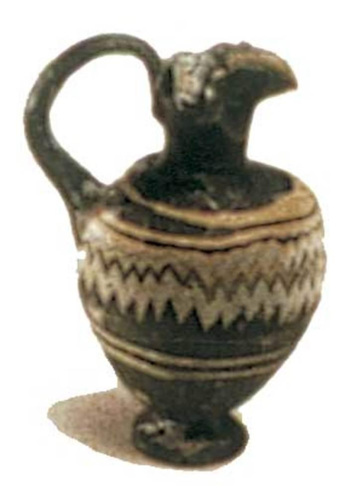 Època feniciopúnica. <em>Oenochoe</em> de pasta vítria amb decoració policromada fet el s. IV aC. Foto: cortesia del Museu Arqueològic d´Eivissa i Formentera.