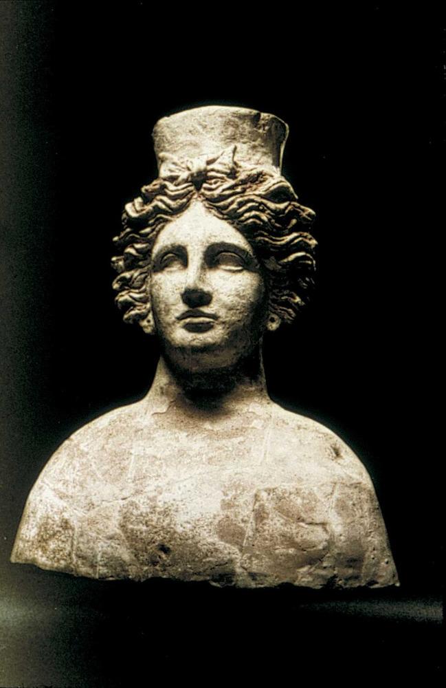 Època feniciopúnica. Bust hel·lenístic procedent de Sicília, tradicionalment atribuït a la deessa Tanit; pertany al s. IV aC. Foto: cortesia del Museu Arqueològic d´Eivissa i Formentera.