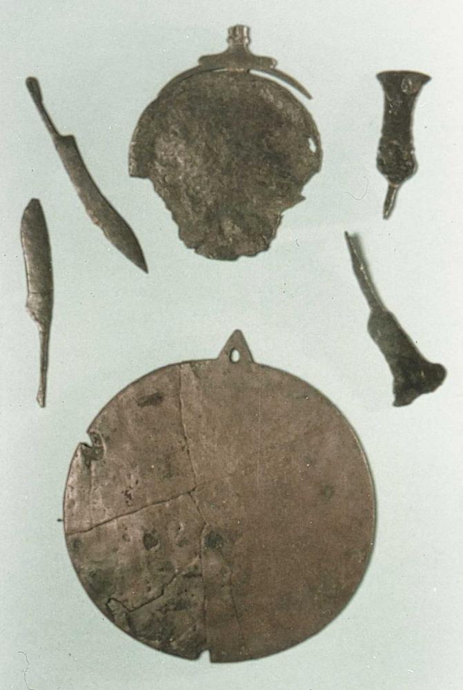 Època feniciopúnica. Miralls, navalles d´afaitar i ganivets púnics trobats a la necròpolis del Puig des Molins; pertanyen als s. V i IV aC. Foto: cortesia del Museu Arqueològic d´Eivissa i Formentera.