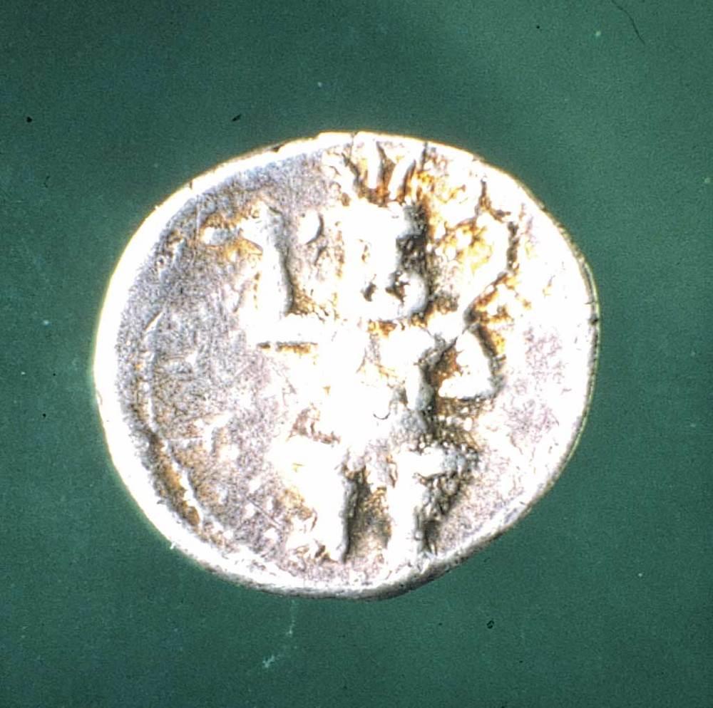 Època feniciopúnica. Moneda punicoebusitana d´argent, encunyada durant la Segona Guerra Púnica (<em>ca.</em> 212-206 aC.). Foto: cortesia del Museu Arqueològic d´Eivissa i Formentera.