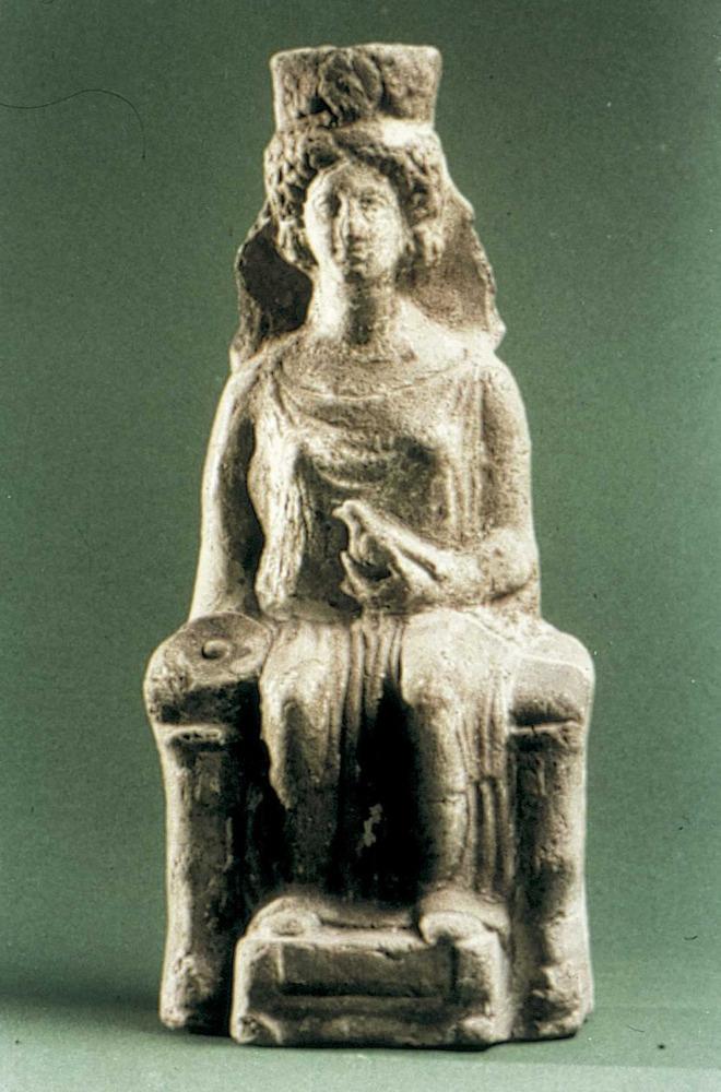Època feniciopúnica. Representació d´estil hel·lenístic d´una deessa entronitzada; pertany al s. IV aC. Foto: cortesia del Museu Arqueològic d´Eivissa i Formentera.