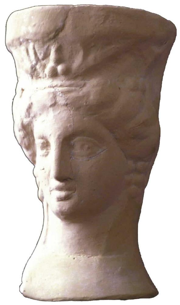 Època feniciopúnica. Peveter representant el cap d´una deessa procedent de can Jai (Sant Llorenç), s. III aC. Foto: cortesia del Museu Arqueològic d´Eivissa i Formentera.