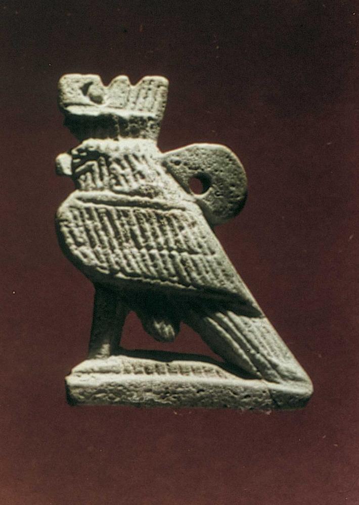 Època feniciopúnica. Amulet representant la divinitat egípcia Horus; s. IV aC. Foto: cortesia del Museu Arqueològic d´Eivissa i Formentera.