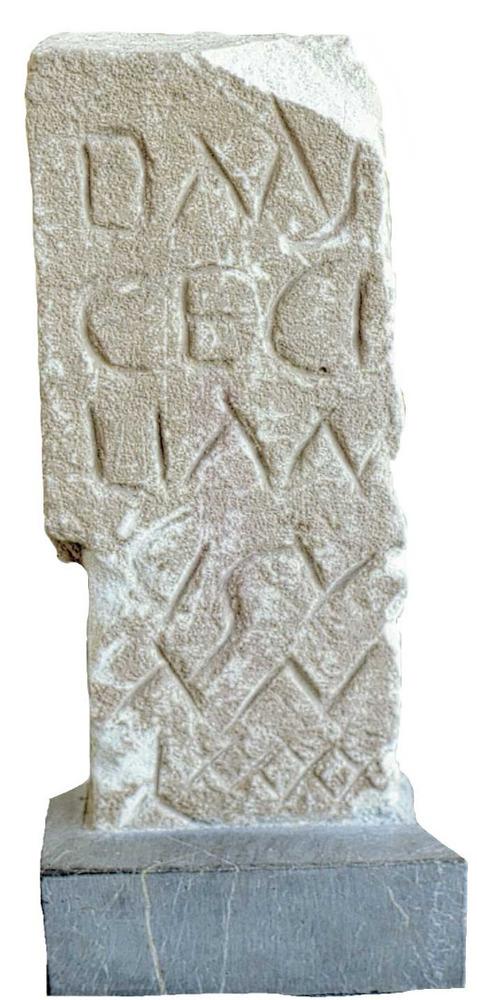 Època feniciopúnica. Làpida funerària d´un esclau anomenat Cecilià, que va viure noranta anys, trobada al Puig des Molins. Foto: cortesia del Museu Arqueològic d´Eivissa i Formentera.