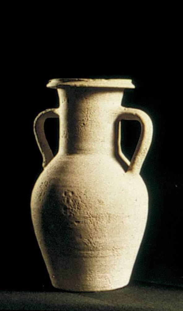 Època feniciopúnica. Gerra de tradició punicoebusitana que va continuar en ús durant el s. I dC., sovent per contenir les restes òssies cremades dels enterraments. Foto: cortesia del Museu Arqueològic d´Eivissa i Formentera.
