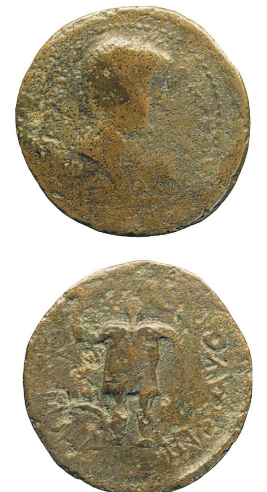 Època feniciopúnica. Moneda ebusitana representant a l´anvers el bust de l´emperador Tiberi (14-37 dC.) i el déu Bes en el revers.Foto: cortesia del Museu Arqueològic d´Eivissa i Formentera.