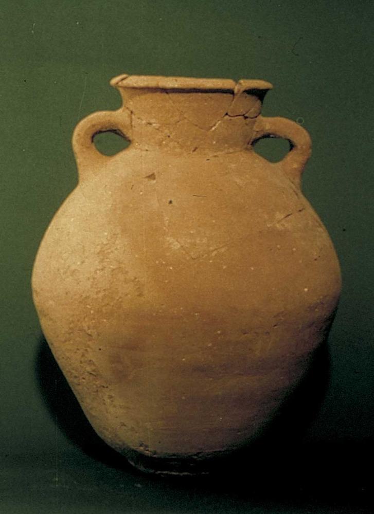 Època feniciopúnica. Urna trobada al Puig des Molins, que contenia les restes òssies cremades d´una dona de 17 o 18 anys; pertany a l´inici del s. VI aC. Foto: cortesia del Museu Arqueològic d´Eivissa i Formentera.