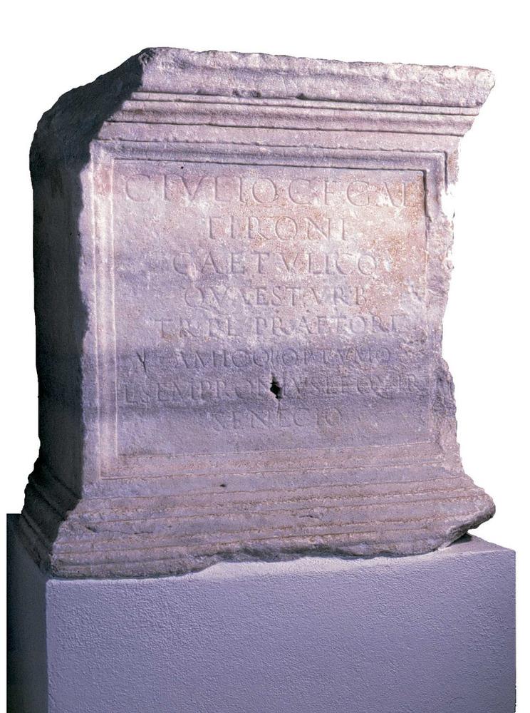 """Època romana. Làpida honorífica de Cai Juli Tiró Getúlic, datada entre els anys 106 i 107 dC. El text diu: """"A Cai Juli Tiró Getúlic, fill de Cai, de la tribu Galèria, qüestor urbà, tribú de la plebs, pretor, amic òptim. Luci Semproni Seneció, fill de Luci, de la tribu Quirina"""". Foto: cortesia del Museu Arqueològic d´Eivissa i Formentera."""
