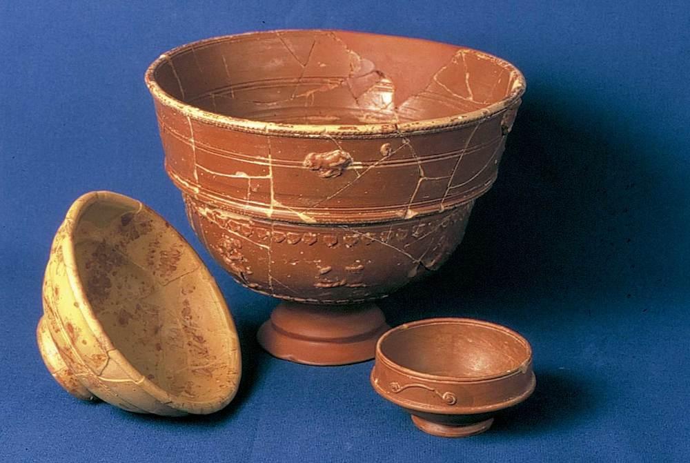 Època romana. Diferents vasos dels anomenats de terra<em> sigillata</em>, produïda entre el s. I aC. i mitjan s. III dC. Procedeixen del jaciment de les pallisses de Cala d´Hort. Foto: cortesia del Museu Arqueològic d´Eivissa i Formentera.