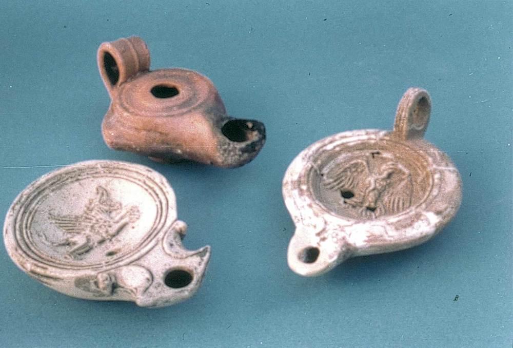 Època romana. Diferents llànties d´època tardorepublicana i altimperial. Foto: cortesia del Museu Arqueològic d´Eivissa i Formentera.