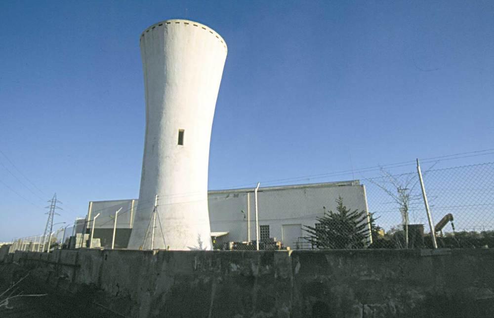 Història contemporània. Torre de refrigeració de la central tèrmica de GESA, empresa que s´establí a Eivissa el 1957. Foto: Vicent Marí.
