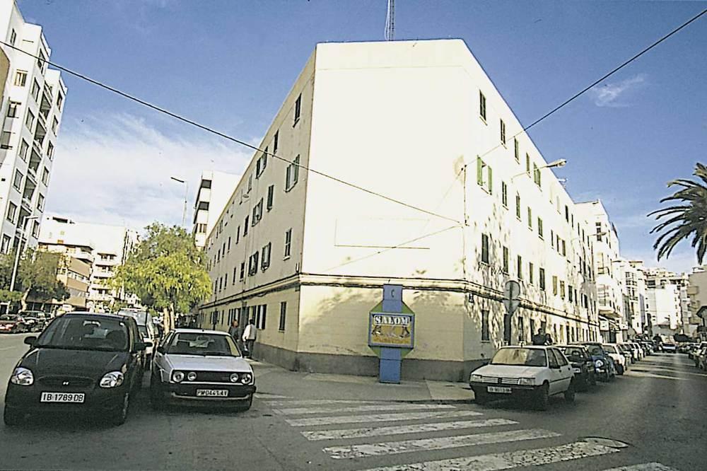 Història contemporània. Edifici d´habitatges protegits de l´avinguda d´Isidor Macabich, inaugurat el 1955 durant la visita oficial de Franco a Eivissa. Foto: Joan Antoni Riera.