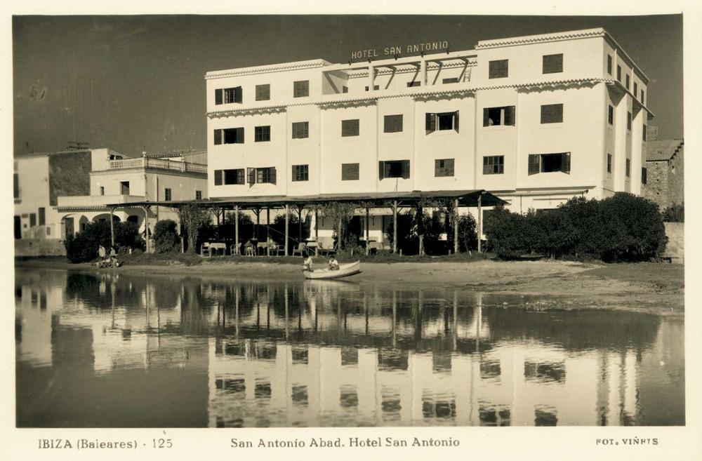 Història contemporània. Antic Hotel Sant Antoni, un dels establiments hotelers pioners de la badia de Portmany. Foto: Viñets / Arxiu Històric Municipal d´Eivissa.