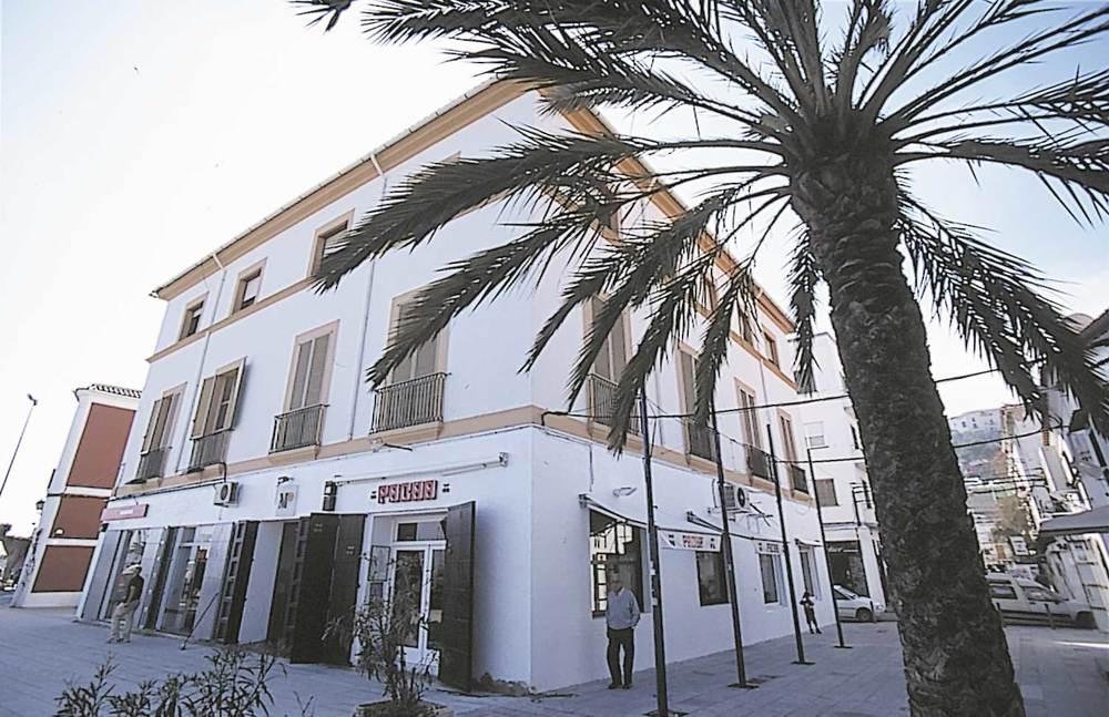 Història contemporània. L´edifici de la Salinera, al port d´Eivissa. Aquesta empresa fou privatitzada el 1871 i adquirida per l´Empresa de la Fábrica de la Sal d´Eivissa, de capital mallorquí. Foto: Vicent Marí.