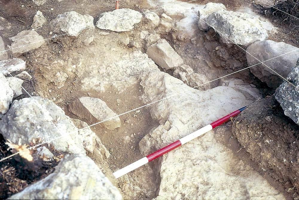 Prehistòria. Excavació del puig de ses Torretes el 1986. Detall d´una estructura de mòlta, amb dues cubetes excavades a la roca amb un molí de pedra a cada una, datada a l´eneolític. Foto: Benjamí Costa Ribas.
