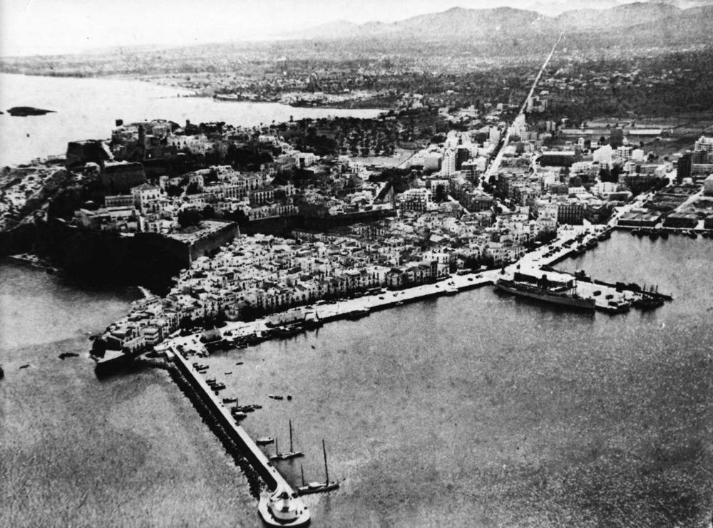 Port d´Eivissa. Al fons encara es veu el territori que ha ocupat l´eixample de la ciutat d´Eivissa. Foto: Raymar / Arxiu Històric Municipal d´Eivissa.