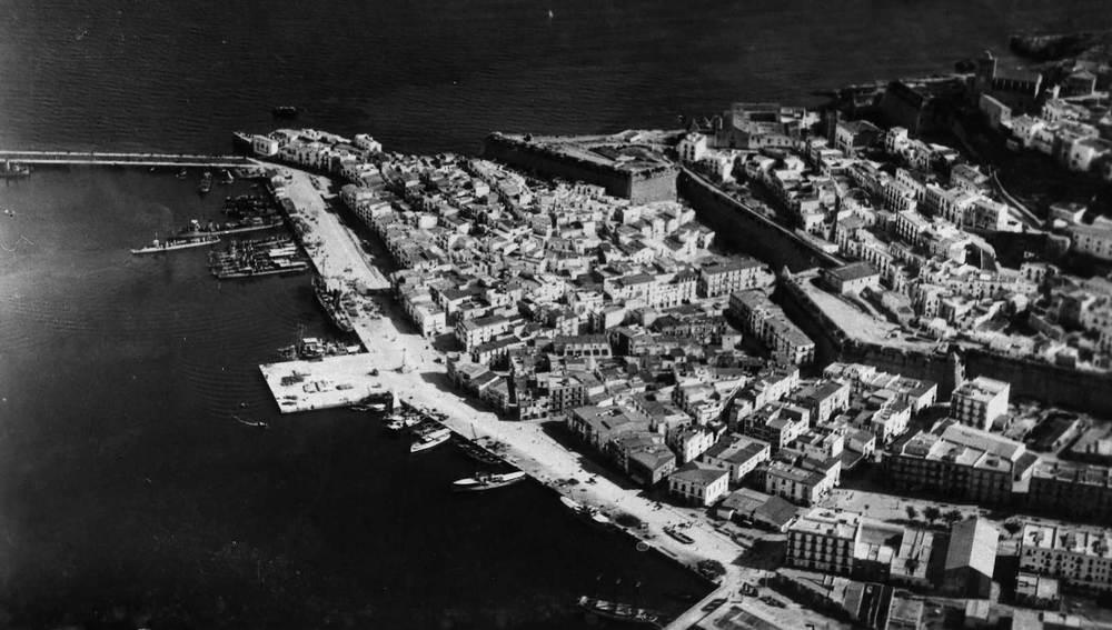 Vista del port d´Eivissa a mitjan s. XX. S´observa que el martell encara no s´havia allargat. Foto: cortesia de l´Arxiu Històric Municipal d´Eivissa.