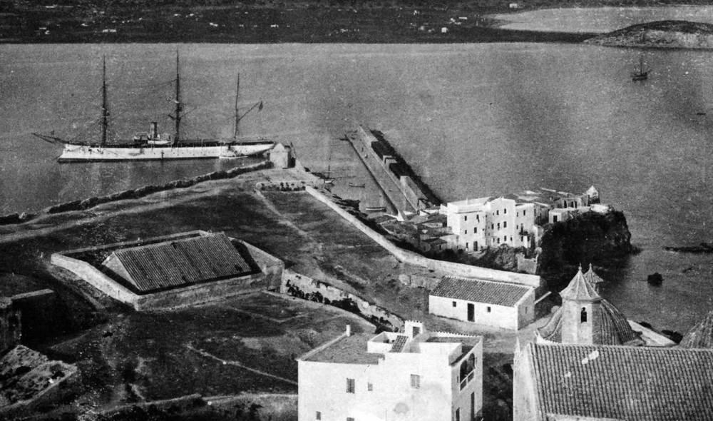 El port d´Eivissa des de la Catedral. Es pot comprovar que l´espigó que tanca el port encara no s´havia finalitzat. Foto: Fototipia Thomas / Arxiu Històric Municipal d´Eivissa.