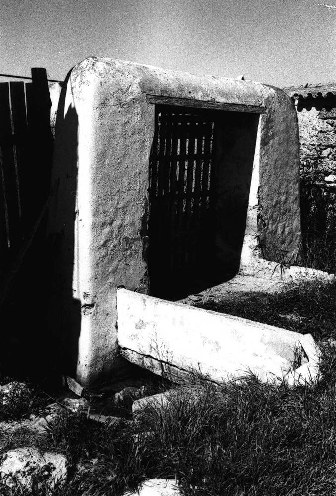 Un portal de feixa, dels que donaven entrada a aquestos horts. Foto: Rosa Vallès Costa.