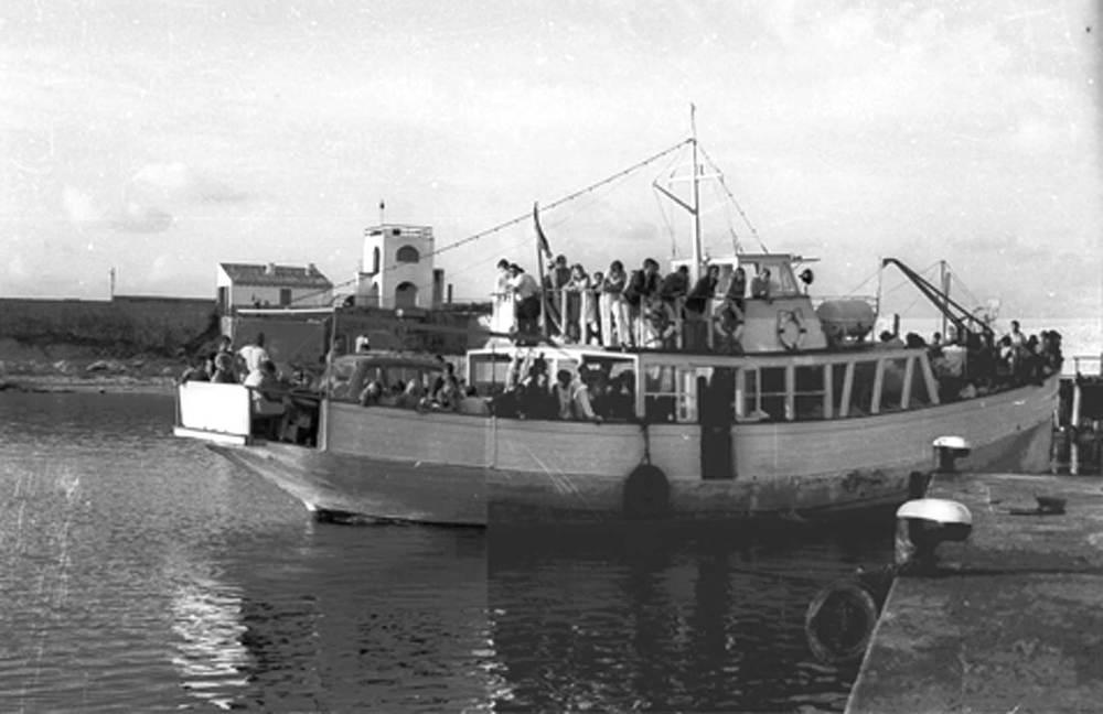 Formentera. Poblament. El <em>Damiana Sanz</em>, transport de passatgers i mercaderies a mitjan dels anys seixanta del s. XX, al moll de la Savina.