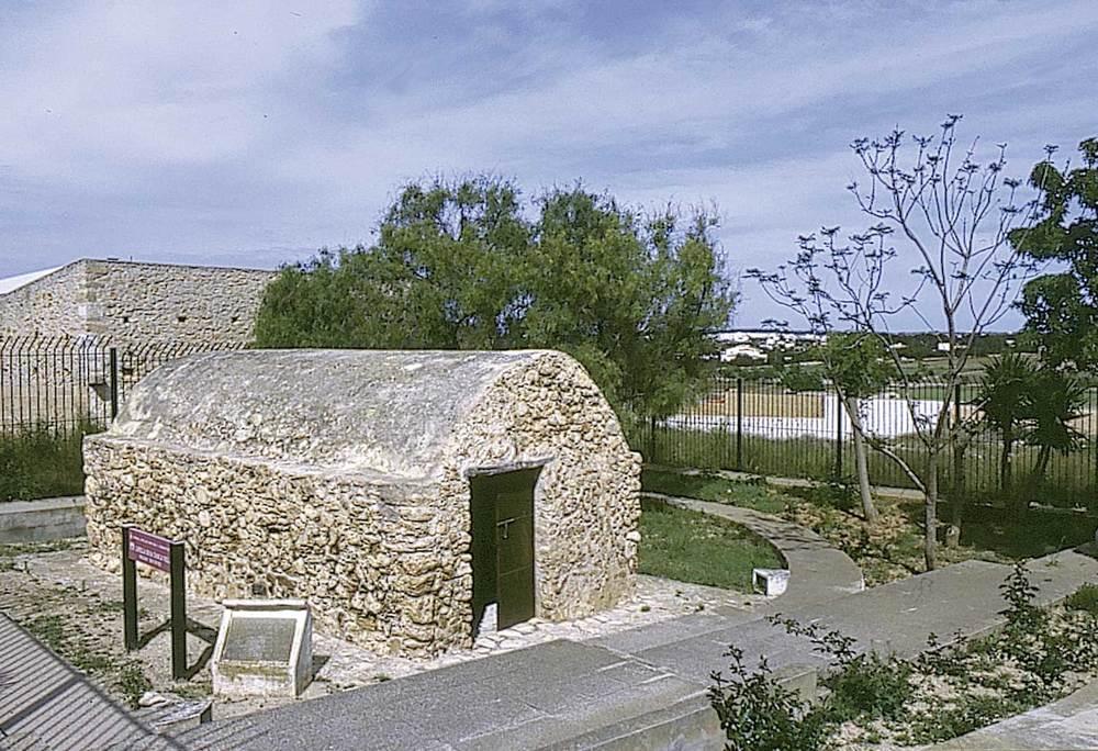 Formentera. Època baixmedieval. L´anomenada capella de sa Tanca Vella fou autoritzada a la segona meitat del s. XIV, en uns moments en què el poblament de formentera presentava nombrosos interrogants.