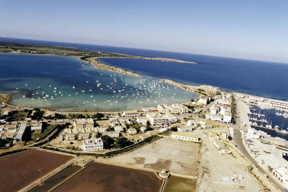 Formentera. Època contemporània. L´aparició, el 1986, d´un nou projecte d´urbanització de la zona de l´estany des Peix desencadenà a Formentera una forta oposició popular que fou recolzada per l´Ajuntament de l´illa. Foto Pins.