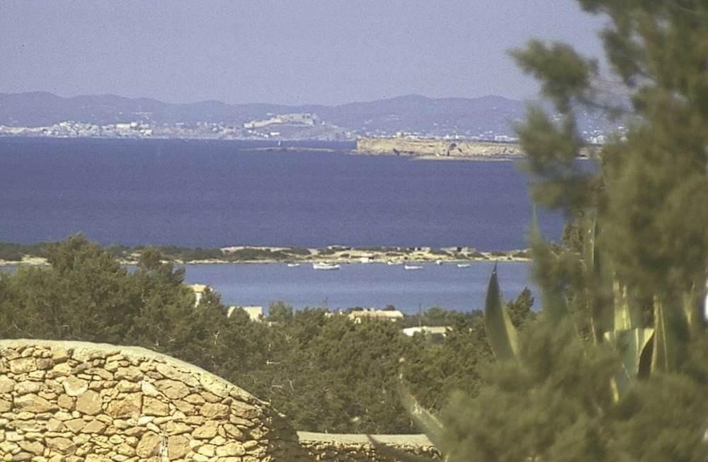 Formentera. Època contemporània. L´aparició, el 1986, d´un nou projecte d´urbanització de la zona de l´estany des Peix desencadenà a Formentera una forta oposició popular que fou recolzada per l´Ajuntament de l´illa. Foto Josep Cardona Verdera.