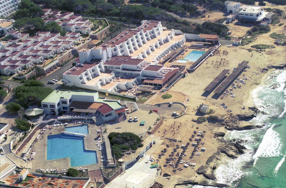 Formentera. Època contemporània. La construcció de l´Hotel La Mola, a començament dels setanta, va significar un nou impuls a l´oferta hotelera de l´illa. Foto Pins.