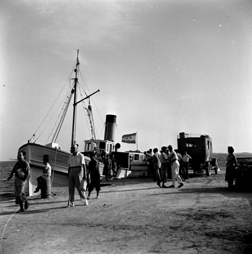 Formentera. Època contemporània. Tot i que el port de la Savina fou declarat d´interès general el 1928, la modernització i ampliació de les seues infraestructures no començà fins els anys seixanta del s. XX. Foto: Josep Juan Juan.