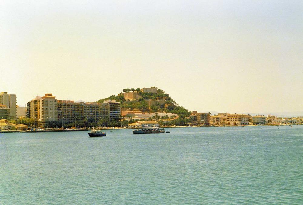 Formentera. Època medieval andalusina. El port de Dènia amb el castell al fons. Foto: Benjamí Costa Ribas.
